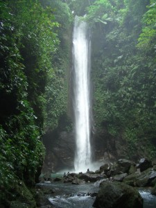 Genießen Sie den Wasserfall und schützen Sie sich vor den Mücken