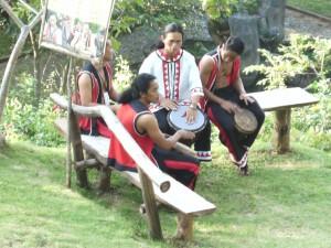 Angehörige einer ethnischen Volksgruppe im Malasag eco village in Cagayan de Oro