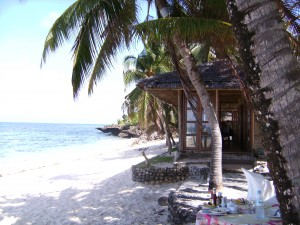 Der Strand vom Coco Grove Beach Resort auf Siquijor