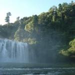 Die in einen schönen Wald gebetteten Tinuy-an Wasserfälle in der Nähe von Bislig