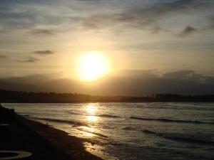 Sonnenuntergang an einem Strand in der Surfer-Stadt Lanuza im Osten von Mindanao