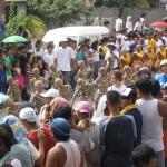 Kostümierte Tanzgruppen auf dem Bakasi-Festival in Cordova, nahe Cebu City