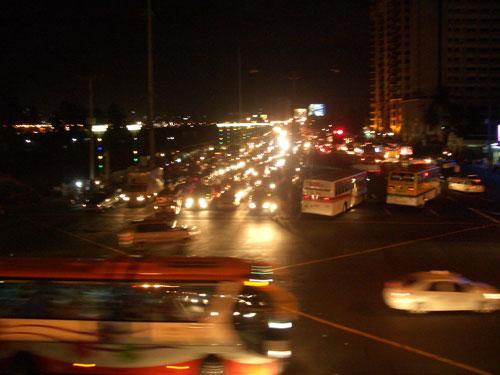 Der Verkehr in Manila hört auch nachts nicht auf. Hier eine Szenerie in Paranaque