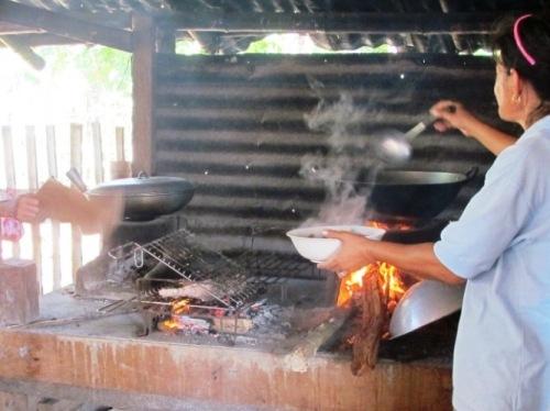 In offenen Straßenküchen frisch und günstig speisen
