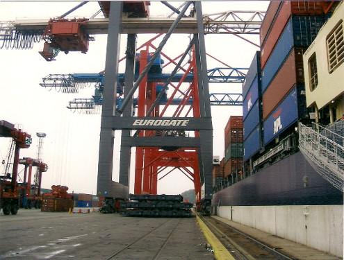 In Hamburg oder Bremerhafen tritt die Balikbayan Box die weite Reise auf die Philippinen an