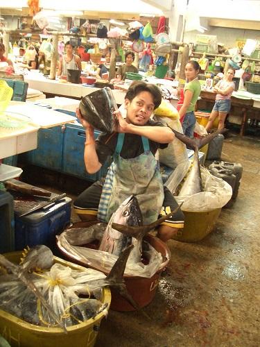 """Beim Einkaufen auf dem Markt kann es nicht schaden, wenn man versteht, was """"tagpila?"""" bedeutet. Hier zu sehen: Public Market in Dumaguete City im Jahre 2008."""