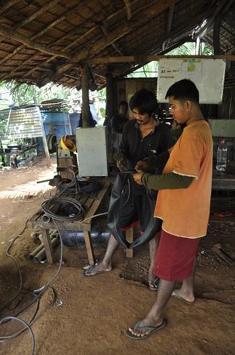 Mienenarbeiter beim Reifen flicken.