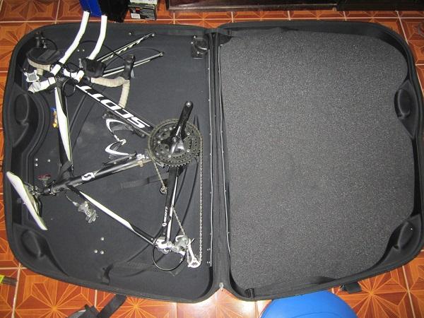 Triathlonrad, verpackt im Fahrradkoffer
