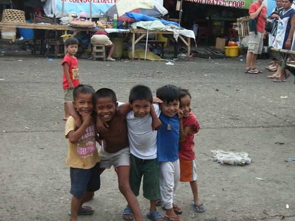 Straßenkinder auf dem Mark in Cebu