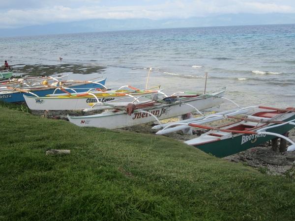 Die Fischer von Limasawa räumen ihre Boote ordentlich nebeneinander aufgereicht nach getaner Arbeit wieder auf.