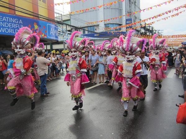 Die Tänzer mit ihren Masken schienen tatsählich in der Minderheit zu sein.