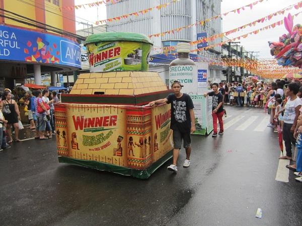 Schmucklose Werbung auf dem Masskara Festival 2014