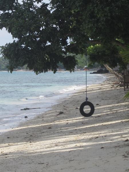 """Einsamer Strand mit """"Reifenschaukel"""""""