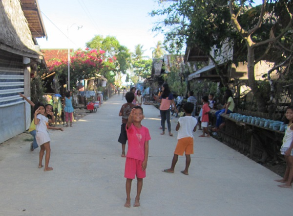 Spielende Kinder in Siargao