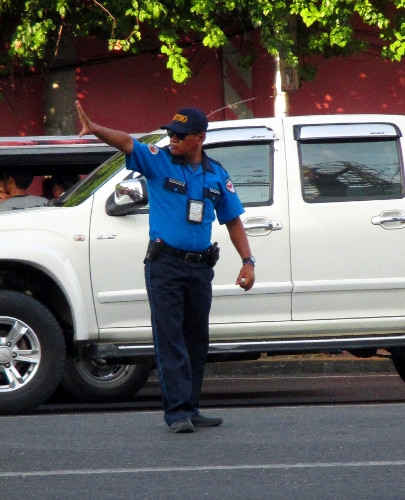 Die Polizei regelt den Philippinischen Stadtverkehr