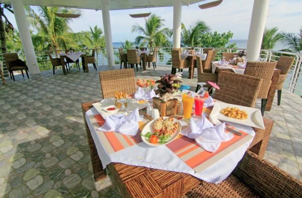 """Meeresblick und Meeresbrise: Die Terrasse des Hotelrestaurants """"Sea Breeze"""""""