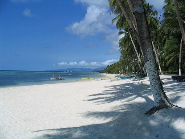 Leuchtend weißer Strand in Anda, im Osten von Bohol (Philippinen)