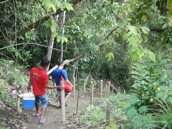 Steiler Abstieg zu den Can-umantad Falls in Candijay, Bohol