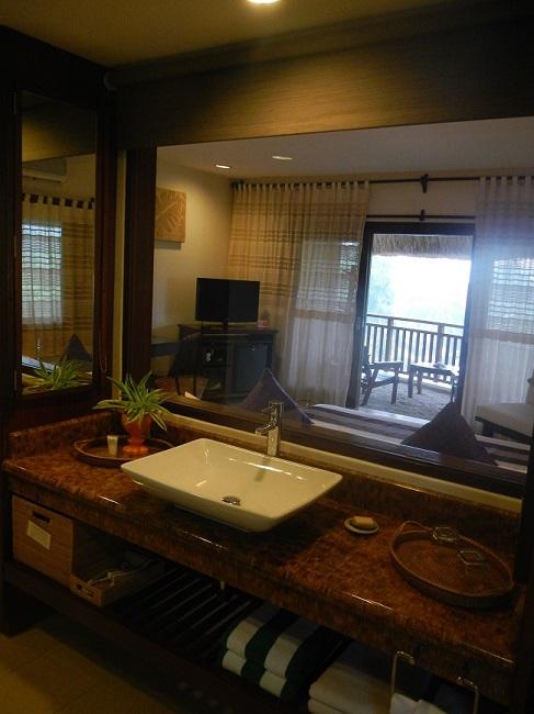 Bad mit Fenster zum Schlafzimmer im exklusiven Amun Ini Resort in Anda, Bohol