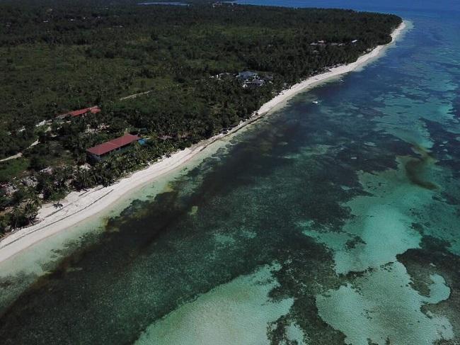 Der  schöne  White Beach von Anda (Bohol) aus der Vogelperspektive