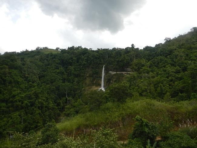 Fernansicht der Can-umantad Falls in Candijay, Bohol