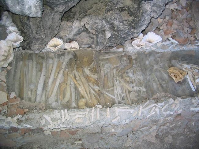 Knochen auf Grabstätte mit Knochen auf Lamanoc Island nahe Anda, Bohol