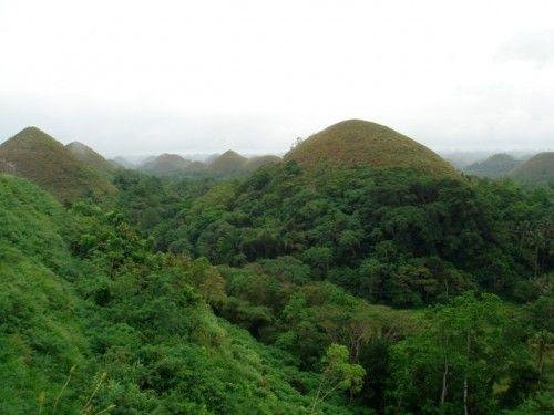 Die einzigartigen, verblüffend symmetrisch geformten Chocolate Hills auf der philippinischen Ferieninsel Bohol