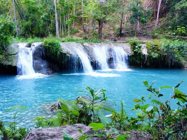 Türkisfarbenes Wasserbecken der Cambugahay Falls in Siquijor