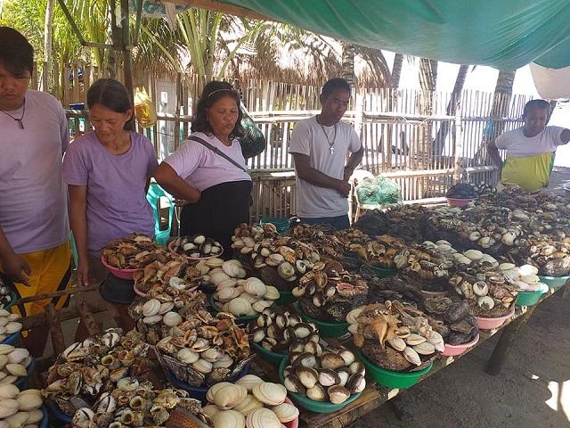 Verkaufsstände mit Meeresfrüchten auf Caohagan Island