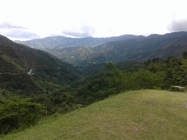 Blick von einer Aussichtsplattform auf die schöne Bergwelt in den Philippinischen Kordilleren