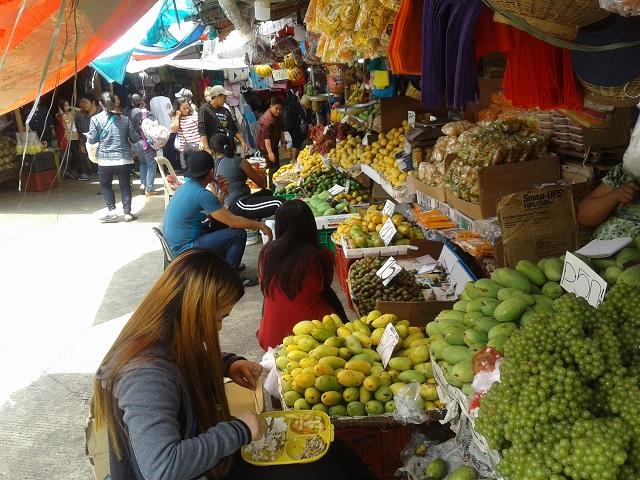 Szene am Baguio Public Market mit geschäftigem Treiben