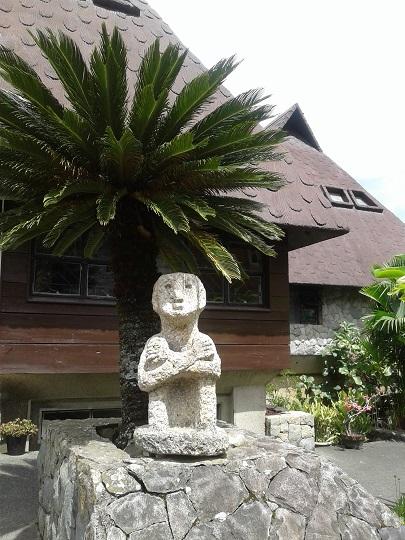 Fassade des Bontoc-Museums, davor eine Bulol-Statue