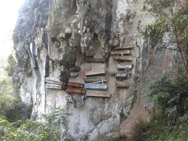 Die berühmte Felswand mit den Hängenden Särgen von Sagada