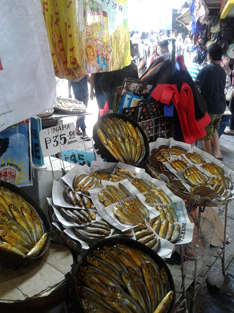 Goldfarbener, geräucherter Fisch am Baguio Public Market
