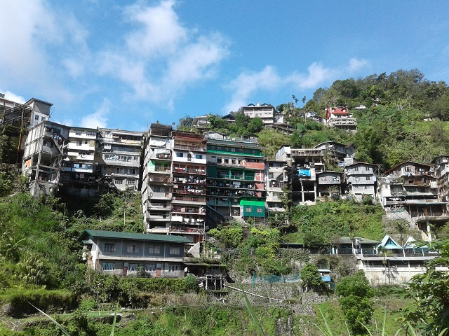 10-stöckige Hochhäuser in Banaue und weitere Gebäude direkt am Hang