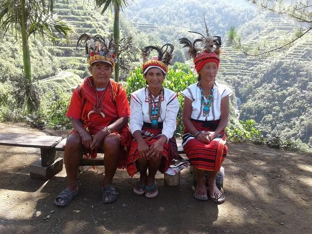 Ifugao in traditioneller Kleidung an  einer Aussichtsplattform in Banaue