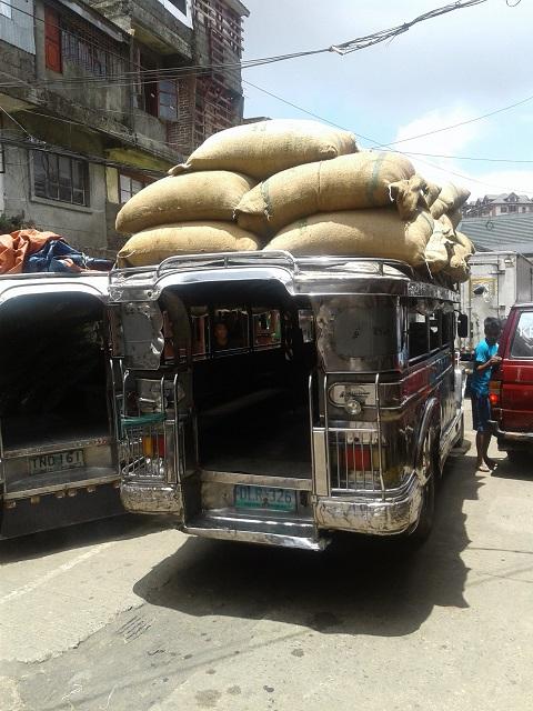 Jeepney mit Säcken voller Bohnen am schönen Baguio Public Market