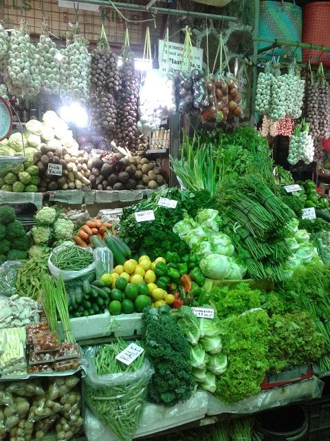 Marktstand mit viel Gemüse und Knoblauch am Baguio Public Market