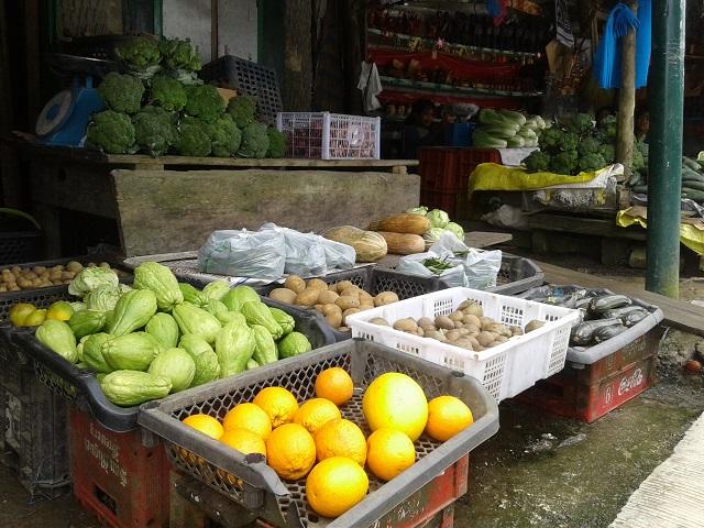 Marktstand in den Philippinischen Kordilleren mit viel Gemüse